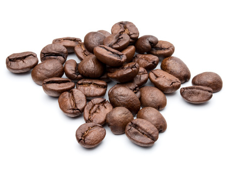 Gebrande koffiebonen geïsoleerd in witte achtergrond uitsparing Stockfoto - 42123201