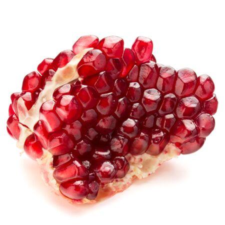 segmentar: Segmento de fruta de la granada madura aisladas sobre fondo blanco recorte