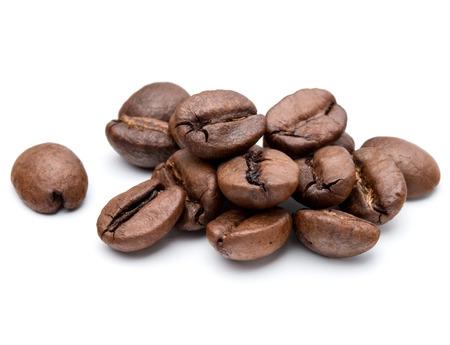 granos de cafe: granos de caf� tostado aislados en fondo blanco recorte Foto de archivo