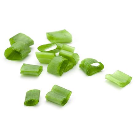 cebollines: cebollino picado o cebolla de verdeo aislado en el recorte de fondo blanco