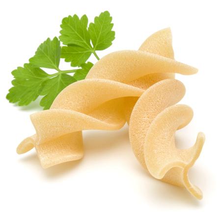 이탈리아어 트위스트 파스타 fusilli 흰색 배경에 고립입니다. Fusilloni, rotini.
