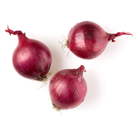 red onions isolated on white background cutout, top view Banque d'images - 114134414