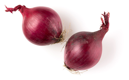 red onions isolated on white background cutout, top view Banque d'images - 115654111