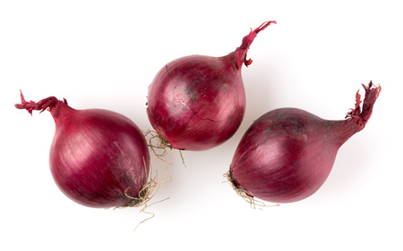 red onions isolated on white background cutout, top view Banque d'images - 115655736