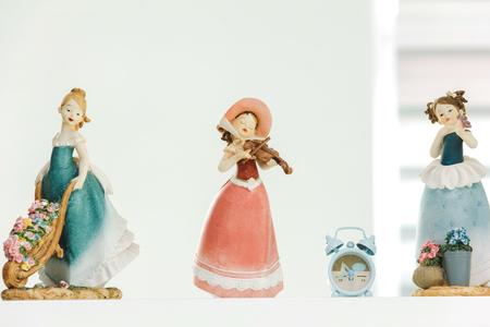 Poupée De Femme De Chambre En Céramique Sur Une étagère Blanche à La ...
