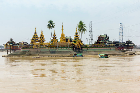 Kyaik Hwaw Wun Pagoda in river at Yangon, Myanmar 版權商用圖片