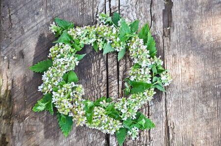 木の板にミントの花輪 写真素材