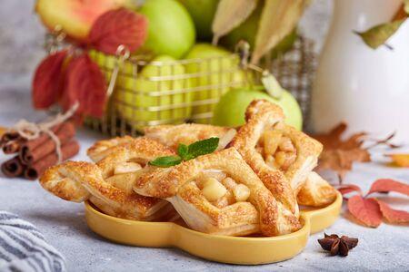 Köstliches Blätterteiggebäck mit Äpfeln, Pflaumen und Zimt. Süßes Herbstdessert