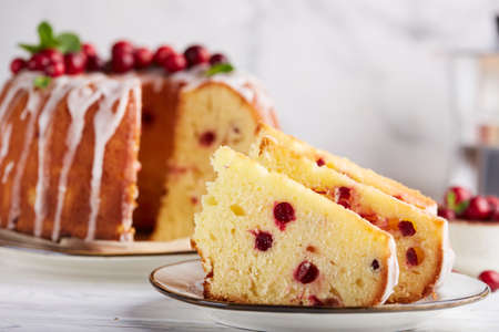 Round biscuit cake with cranberries. Delicious homemade dessert. Easter or Christmas baking. Stockfoto