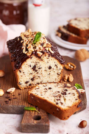Pound cake with chocolate walnuts and hazelnuts. Delicious homemade dessert. Stockfoto