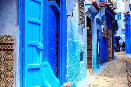 Chefchaouen, une ville aux maisons peintes en bleu. Une ville aux rues étroites, belles et bleues. Chefchaouen, Maroc, Afrique Banque d'images