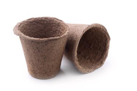turba: Dos biodegradables macetas de turba musgo aislado en el fondo blanco