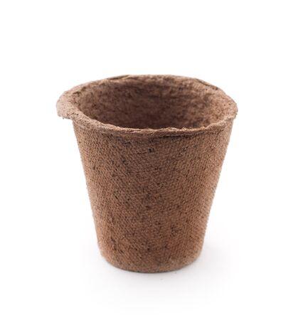 turba: Biodegradables macetas de turba musgo aislado en el fondo blanco Foto de archivo