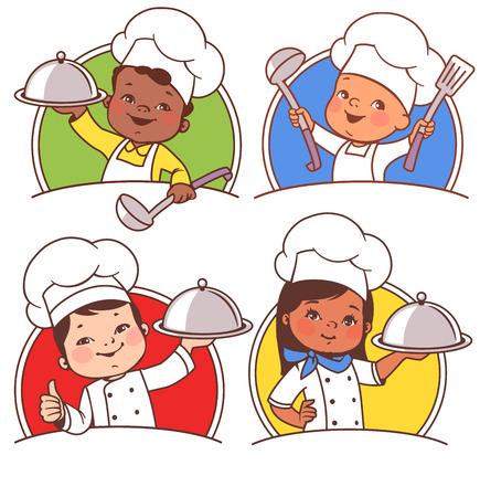 Ensemble avec de beaux enfants de bande dessinée en tant que chefs. Enfants multinationaux avec assiette, cuillère, portant un chapeau de cuisine. Garçon afro-américain, garçon asiatique, fille latine, bambin européen présentant une cuisine nationale Vecteurs
