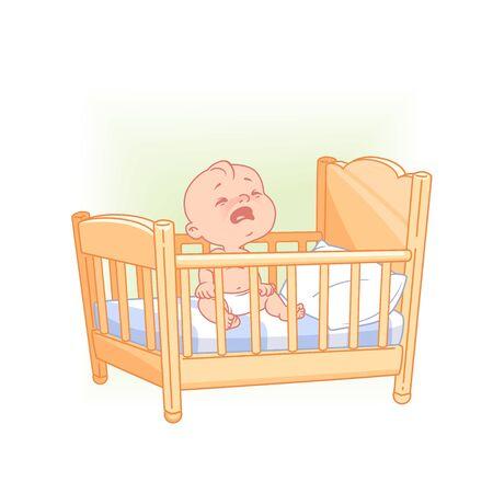 Lindo bebé sentarse despierto llorando en la cama.