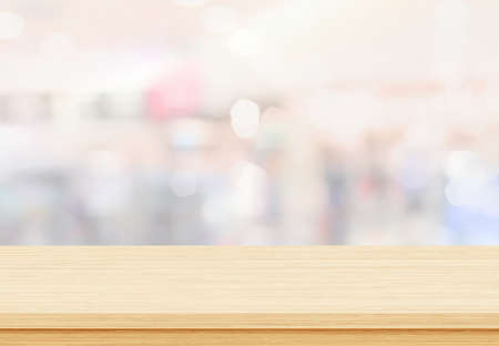 Empty wood table top on blur abstract background from inside shopping mall 免版税图像