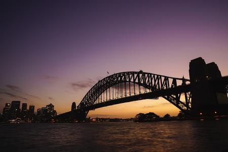 Silhouette-Ansicht der Sydney Harbour Bridge am bunten Dämmerungshimmel.