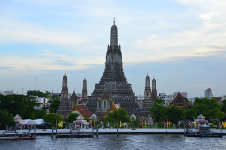 Wat Arun, The Temple of Dawn, at twilight, view across Chao Phraya river  Bangkok, Thailand  Stock Photo