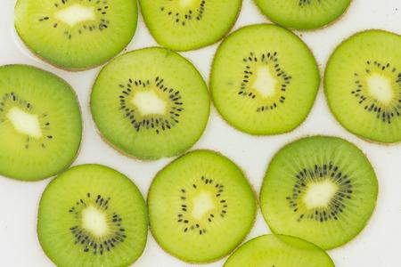 kiwi fruta: Rebanadas de kiwi para el fondo Foto de archivo