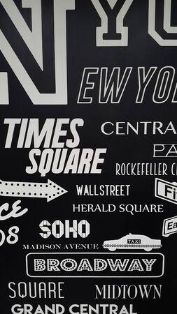 mur noir: Black wall with letter design Banque d'images