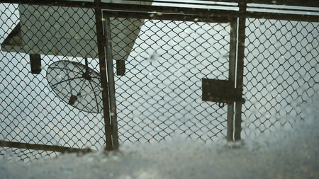 antena parabolica: Las antenas parab�licas reflejan en el agua Foto de archivo