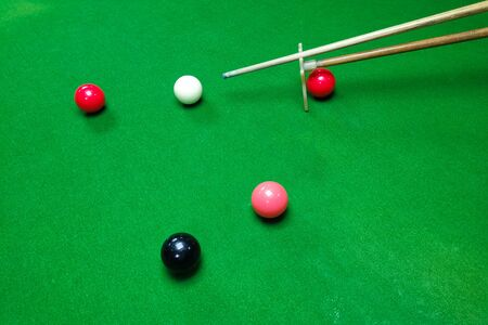 Colorful snooker balls on the green snooker table with cue Archivio Fotografico - 136989285