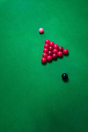Colorful snooker balls on the green snooker table with cue Archivio Fotografico - 136989197