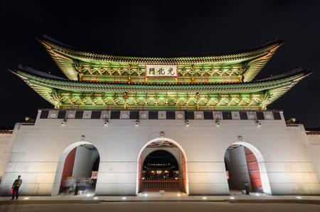 gyeongbokgung: Gyeongbokgung palace at night in Seoul, South Korea
