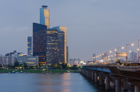 schlagbaum: Seoul Stadt bei Nacht und Han-Fluss, Südkorea