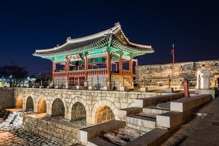 Corea, la fortaleza de Hwaseong, la arquitectura tradicional de Corea en Suwon en la noche