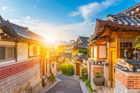 Zonsopgang van Bukchon Hanok-Dorp in Seoel, Zuid-Korea. Stockfoto