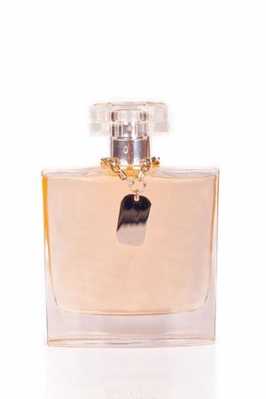Les bouteilles de parfum sur la scène sont blancs.
