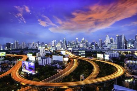 La ville de Bangkok la nuit.