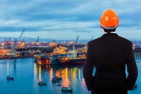 Homme d'affaires debout dans un port de son propre. Banque d'images