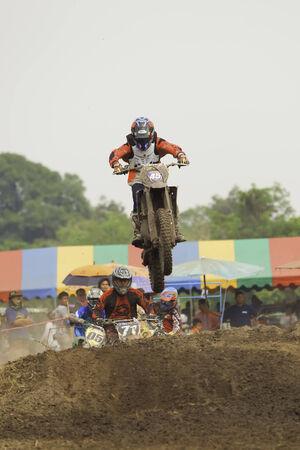 super cross: NAKHON NAYOK, Tailandia - el 15 de marzo la caridad motocross carrera para hacer un templo, el 15 de marzo 2014 Nakhon NayokThailand