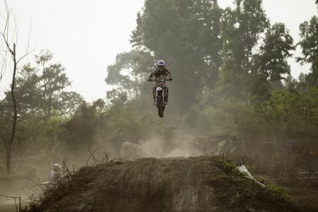 super cross: Biker haciendo un truco