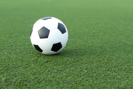 balon de futbol: fútbol sobre un césped verde. Foto de archivo