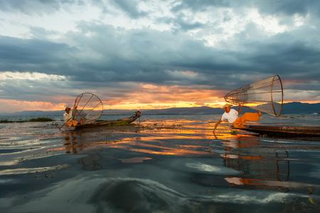 INLE LAKE, MYANMAR-1 décembre: Les pêcheurs attraper les poissons par leur méthode traditionnelle dans le lac Inle. Ils sont la tribu Intha, les habitants du lac, unique pour leur aviron jambe. Éditoriale