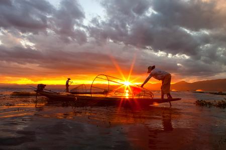 Les gens sont la pêche dans un lac au Myanmar.