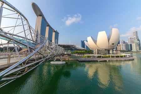 SINGAPOUR-14 mars 2015: Singapour Skyline et vue sur Marina Bay, qui est l'emblème de Singapour le 14 Mars 2015.