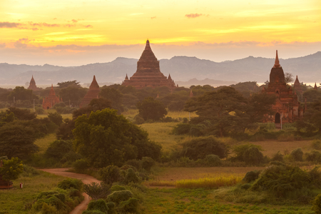 Les champs pagode au Myanmar matin