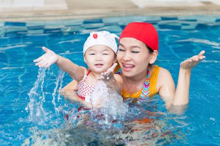 Les filles nagent dans un étang bleu