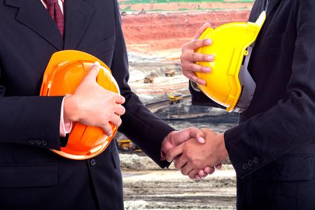 Poignée de main d'affaires sur les mines de fond.