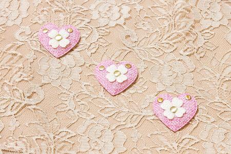 corazon rosa: coraz�n de color rosa en el fondo de encaje Foto de archivo