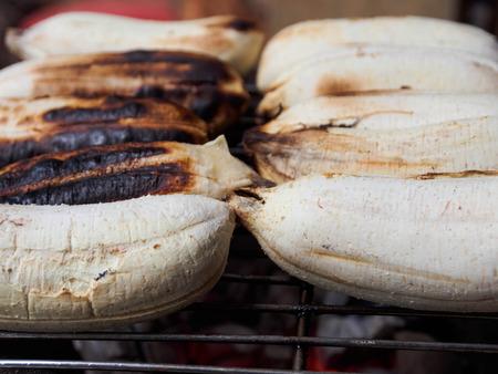 스토브에서 바나나 굽기