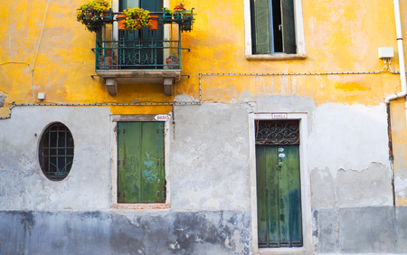 Antique colorful wall in venice Imagens