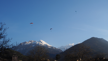 Paragliding at Interlaken park with blue sky background Imagens