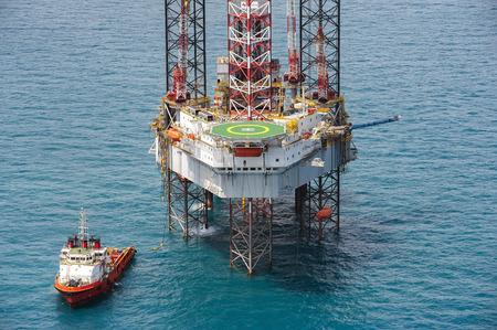 taladro: Marino en la plataforma de perforaci�n de la plataforma petrolera en el golfo de Tailandia Foto de archivo