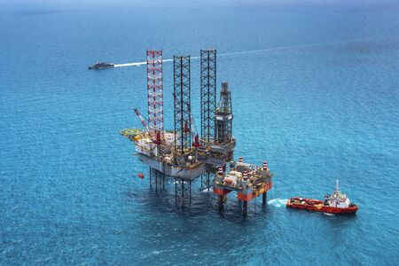 drilling platform: Offshore oil rig drilling platform in the gulf of Thailand
