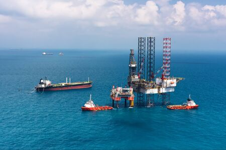 mining ships: Offshore oil rig drilling platformOffshore oil rig drilling platform in the gulf of Thailand Stock Photo